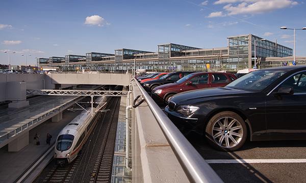 Parkplatz am Bahnhof mit Blick auf die Gleise