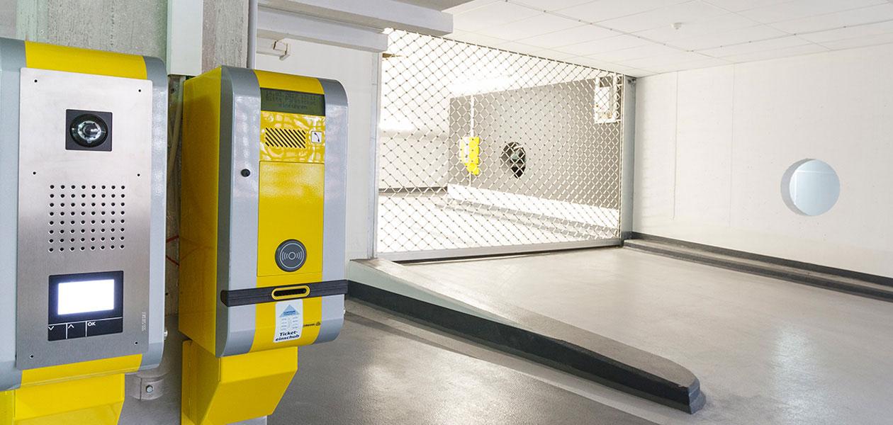Ticketautomaten und Rolltor im Parkhaus Friesenplatz