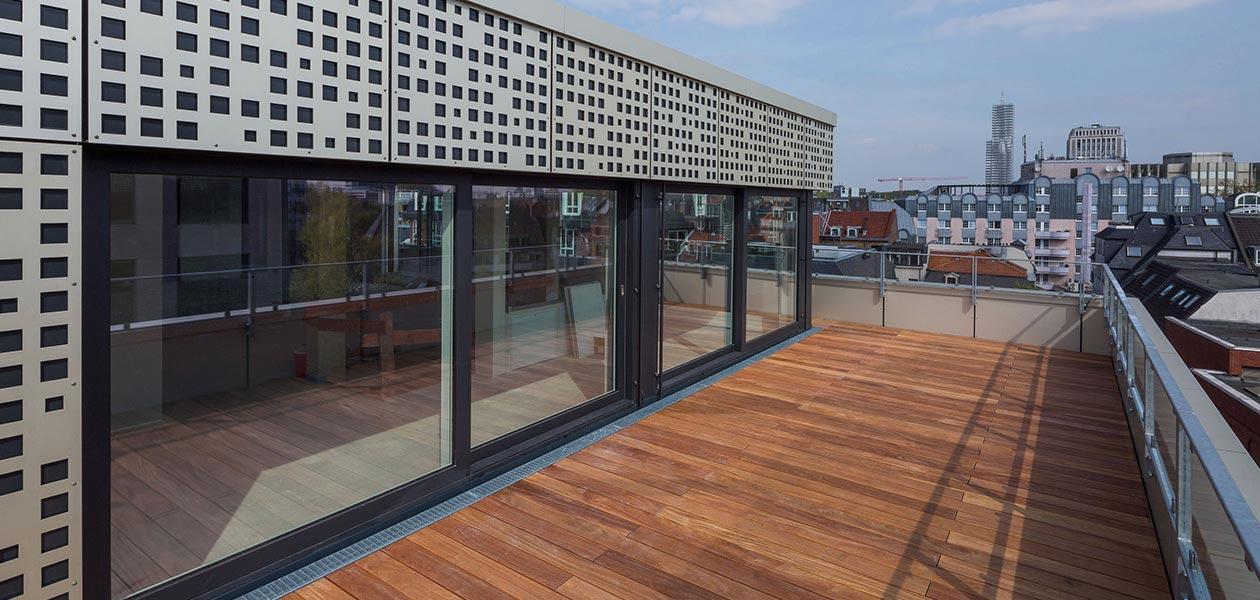 Dachterrasse einer Wohnung auf dem Parkhaus Friesenplatz mit Blick über die Kölner Innenstadt