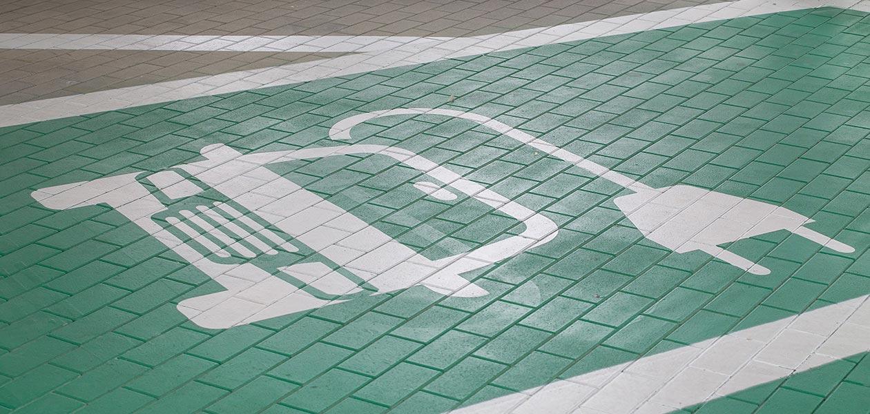 Parkplatz mit Bodenmarkierung für Ladesäulen
