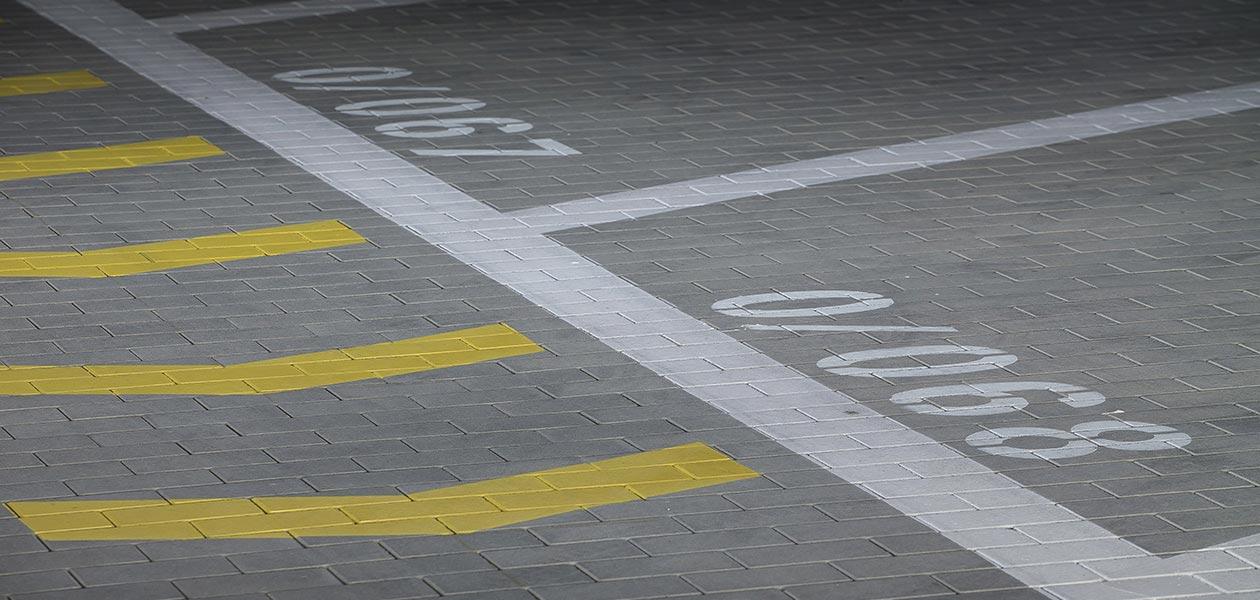 Bodenmarkierungen für Parkplätze