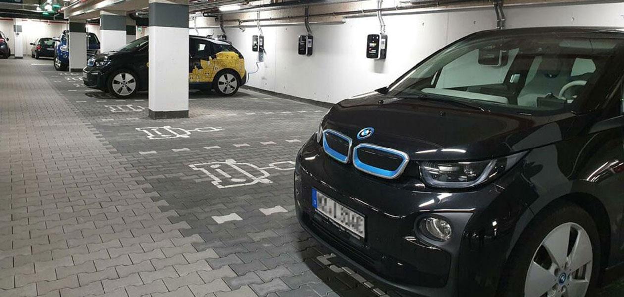 Parkplätze für Elektroautos mit Ladestationen im Parkhaus RheinMain CongressCenter