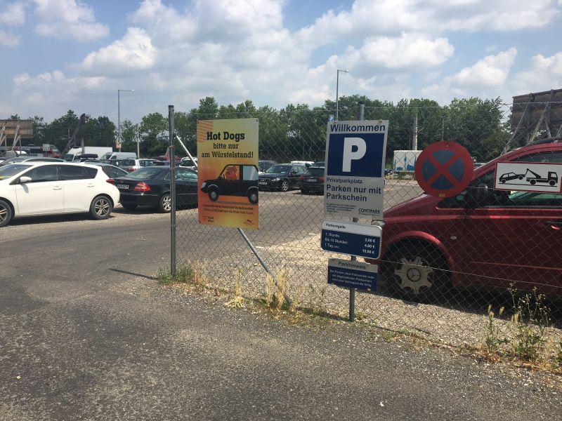 Plakat Tierschutzkampagne auf Wiener Parkplatz